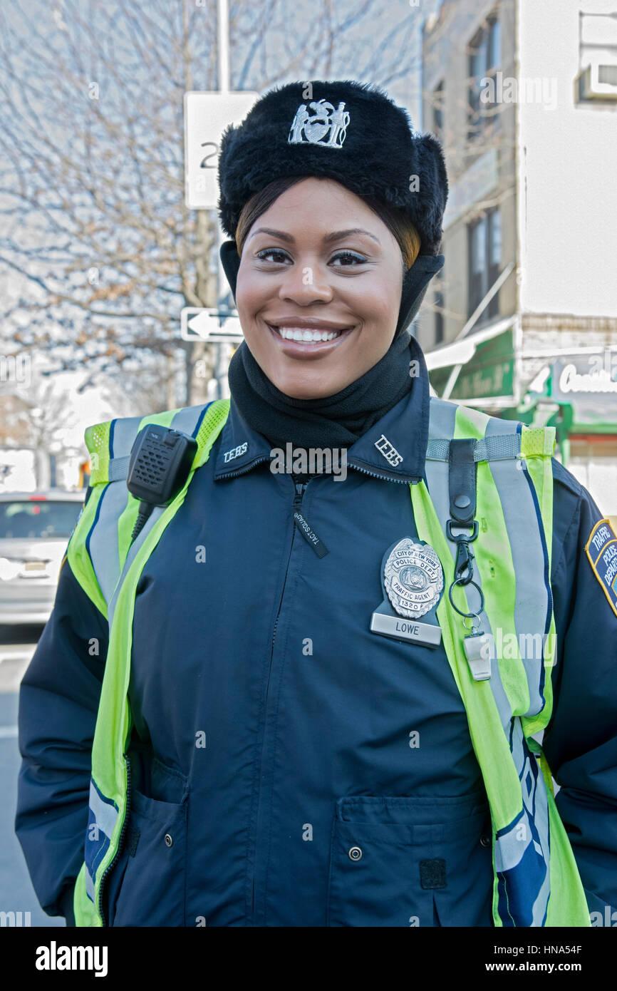 Porträt einer schönen afrikanischen amerikanischen Polizistin ibn Crown Heights, Brooklyn, New York City Stockbild