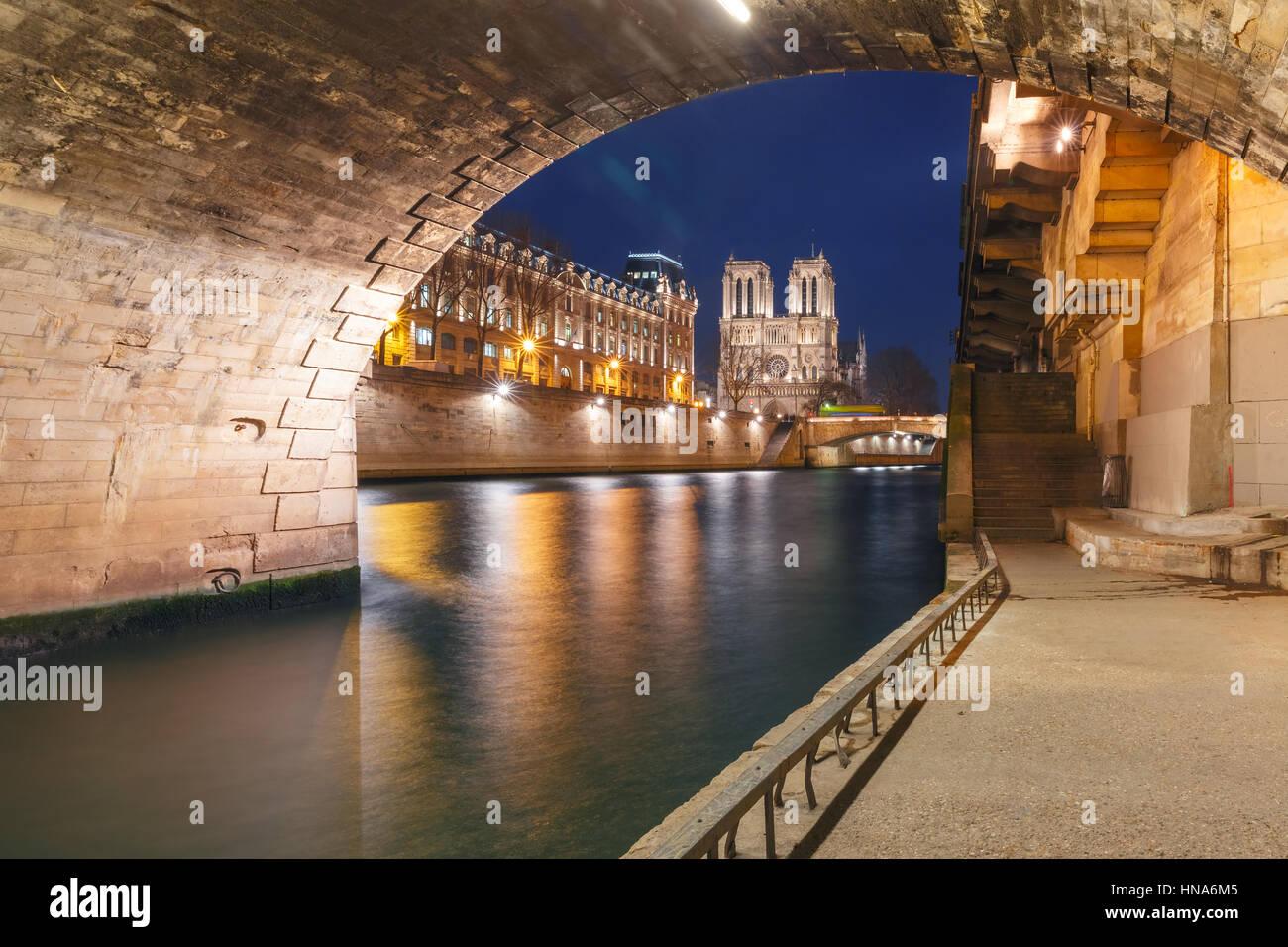 Kathedrale von Notre Dame de Paris bei Nacht, Frankreich Stockbild
