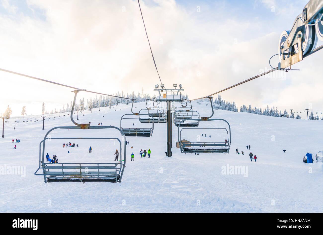 schöne Skilift über Schneeberg im Skigebiet mit blauem Himmelshintergrund. Stockfoto