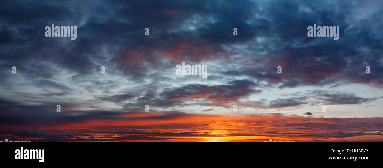 Panorama Sonnenuntergang und Wolken Stockbild