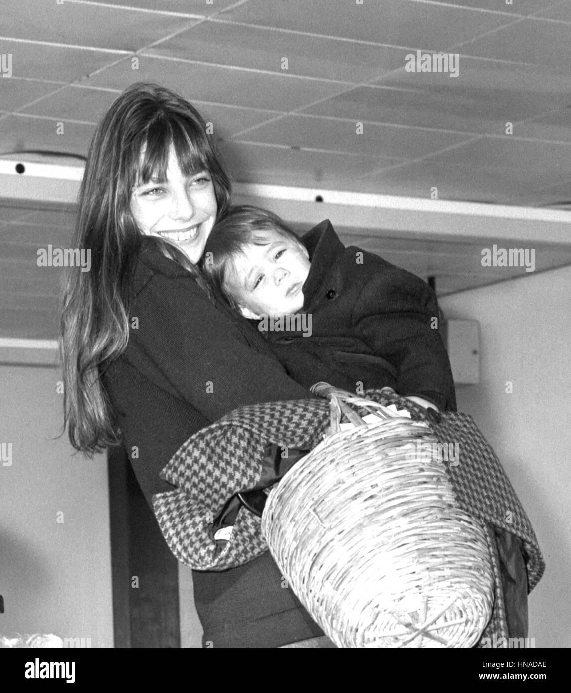 Schauspielerin Jane Birkin und ihre 18 Monate alte Tochter Charlotte ...