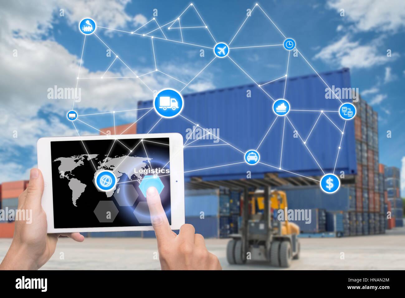 Hand halten Tablet drängt Taste Logistik Technologie Schnittstelle globaler Partner Verbindung für Logistik Stockbild
