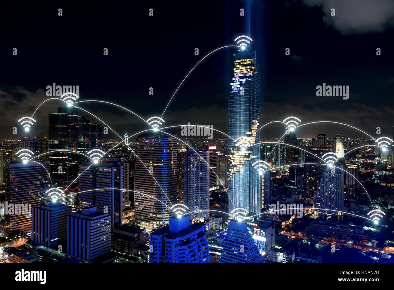 Smart-City und drahtlose Kommunikationsnetz, Geschäftsviertel mit Bürogebäude, abstraktes Bild visuell, Stockbild