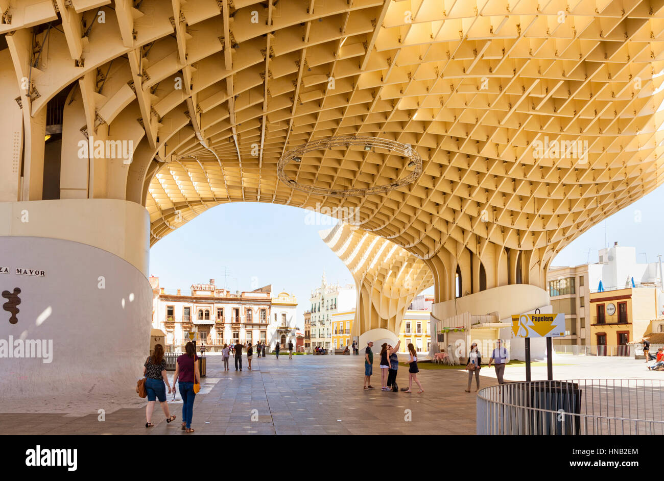 Sevilla, Spanien - 1. Mai 2016: Menschen zu Fuß auf dem Plaza Mayor, der unteren Ebene des Espace Metropol Stockbild