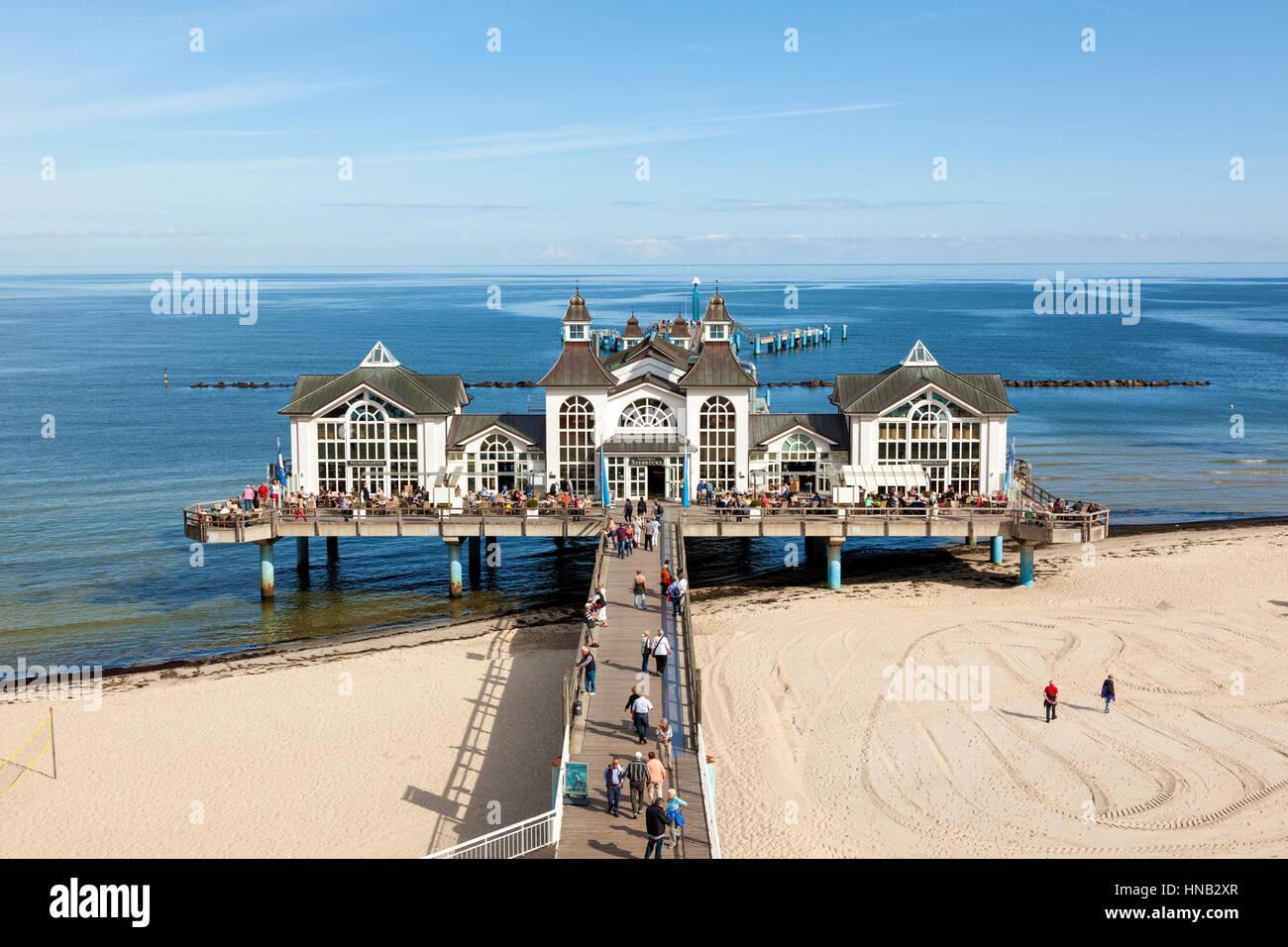 Sellin, Deutschland - 22. September 2016: Touristen in dem alten Pier am Strand Ostsee auf der Insel Rügen. Stockbild