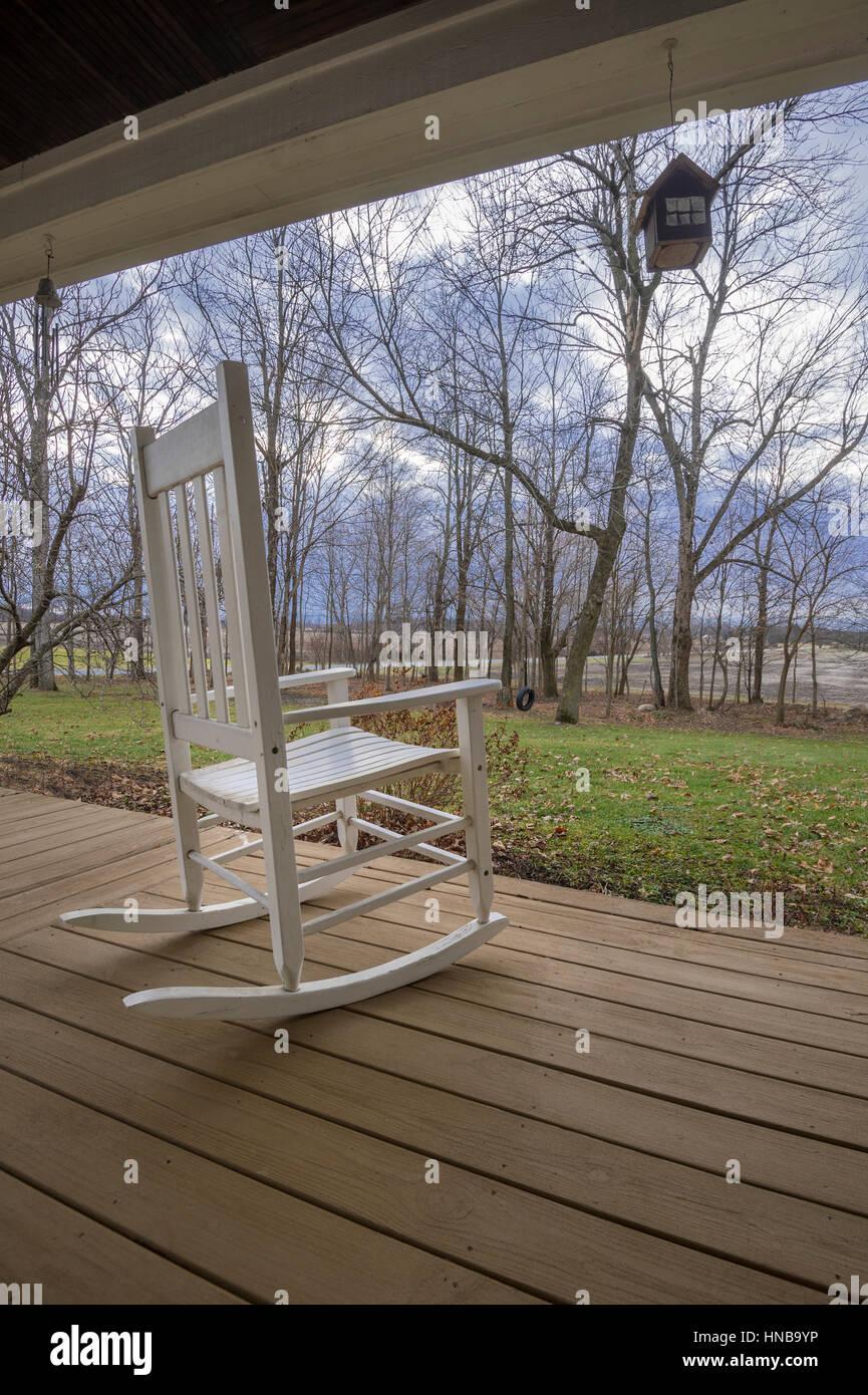 ruhestand schaukelstuhl auf der veranda l ndlich gepr gtes land indiana usa stockfoto bild. Black Bedroom Furniture Sets. Home Design Ideas