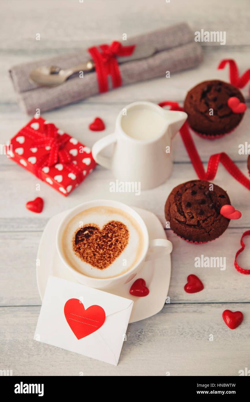 Valentinstag Geschenk Pralinen Kaffee Und Muffins Stockfoto Bild