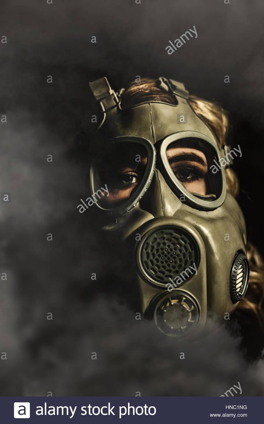 Junge Frau in eine Gasmaske Stockbild