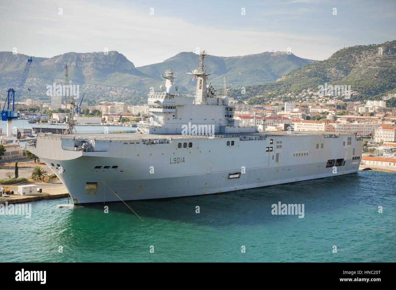 Toulon, Frankreich - 16. August 2013: Toulon Navy base Hafen, Flugzeugträger Schiff angedockt am 16. August Stockbild