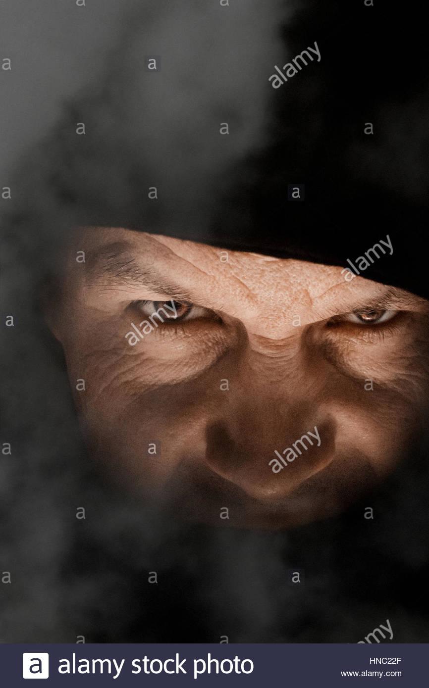 Verärgerter Mann im Nebel Stockbild