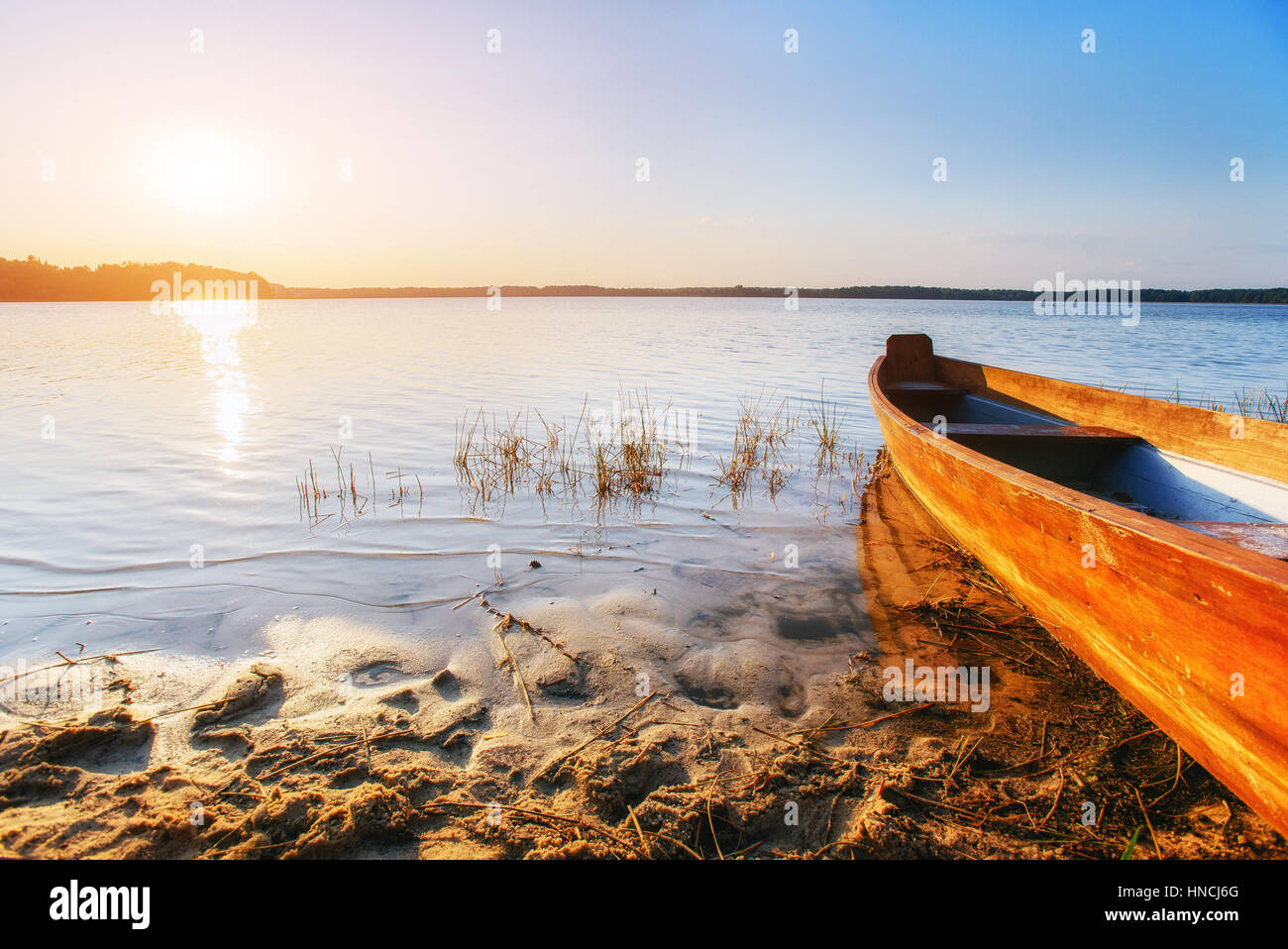 Boot auf dem See bei Sonnenuntergang Stockbild