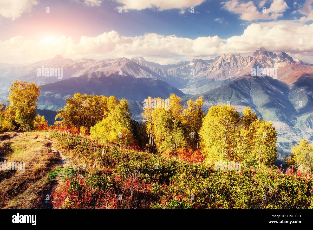 Herbstlandschaft und schneebedeckte Berggipfel. Ansicht des mou Stockbild