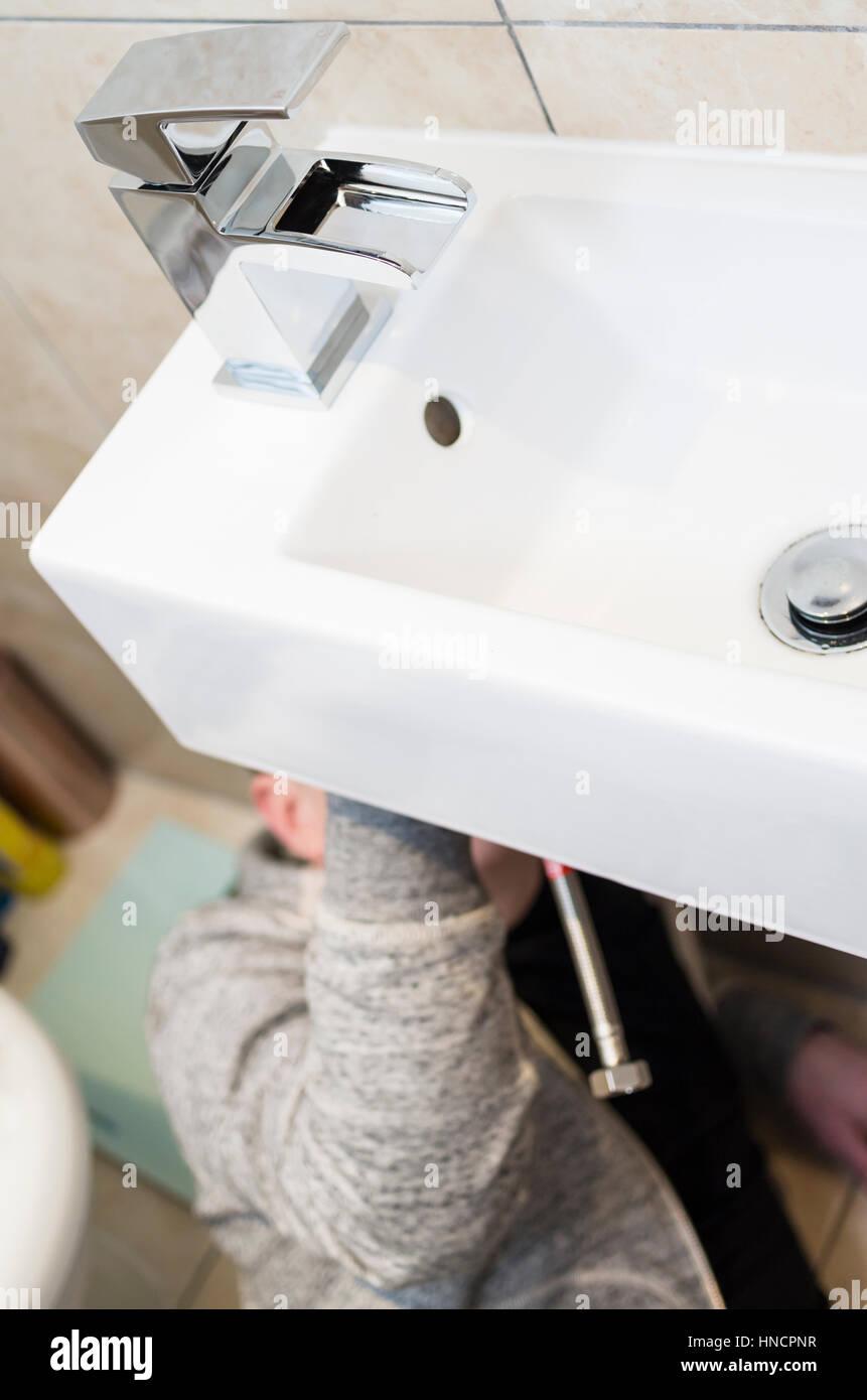Amazing Junger Mann Tun Es Yourself (DIY) Versucht Zu Hause Unter Einer Spüle  Montage Einen Neuen Wasserhahn Mit Kopf Verdeckt Sanitär