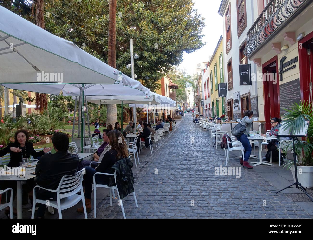 Calle San Francisco in Santa Cruz De Tenerife, Kanarische Inseln, Spanien verfügt über zahlreiche restaurants Stockbild