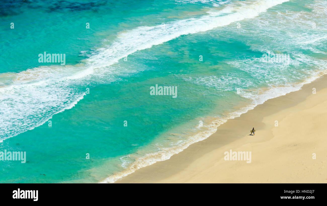 Surfer, die Rückkehr zum Ufer Stockbild
