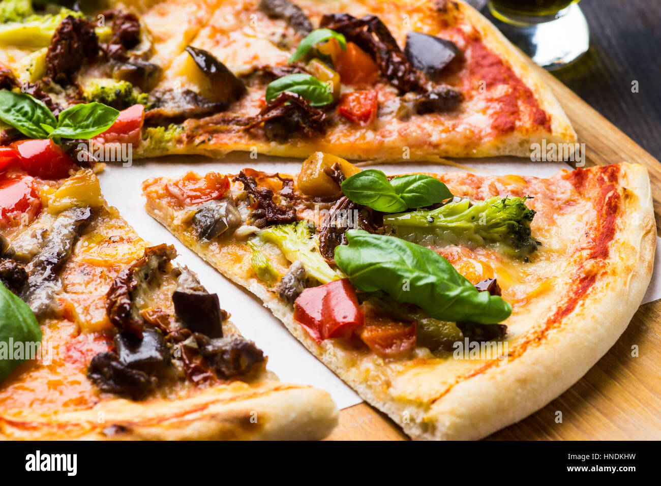 Frischer Pizza serviert auf Holztisch. Geringe Schärfentiefe. Stockbild