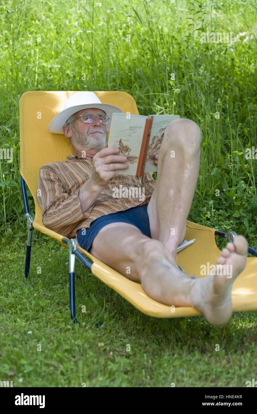 Liegestuhl Liegen.Model Release Pensionist 65 So Auf Liegestuhl Im Garten