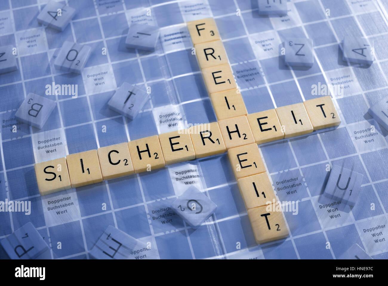Briefe, bilden die Wörter Sicherheit und Freiheit, Buchstaben Steinring sterben Wörter Sicherheit Und Freiheit Stockfoto