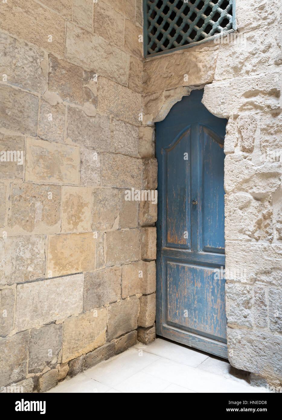 Geschlossene holztür  Vintage blau geschlossene Holztür, Holzfenster mit überlappenden ...