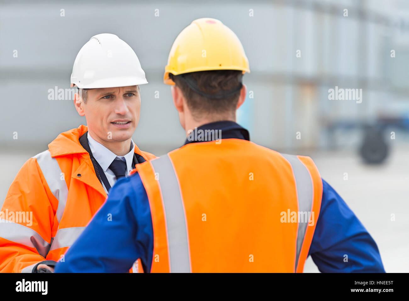Arbeitnehmer im Frachthafen im Gespräch Stockfoto