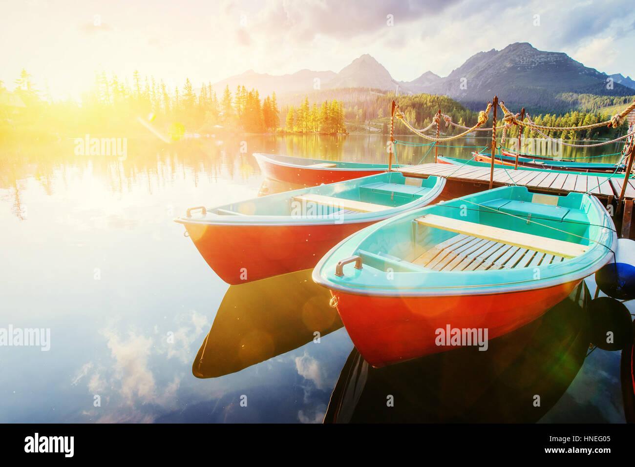 Boot auf dem Dock umgeben Berge. Fantastische Shtrbske Pleso Stockbild