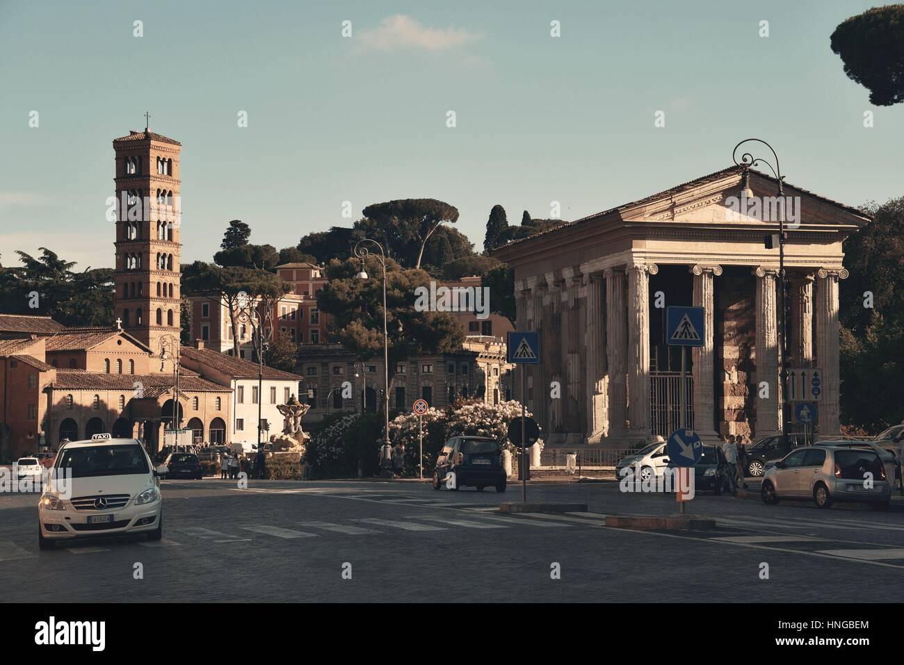 Rom - Mai 12: Eine typische Straßenansicht mit Verkehr und alten Gebäuden am 12. Mai 2016 in Rom, Italien. Stockbild