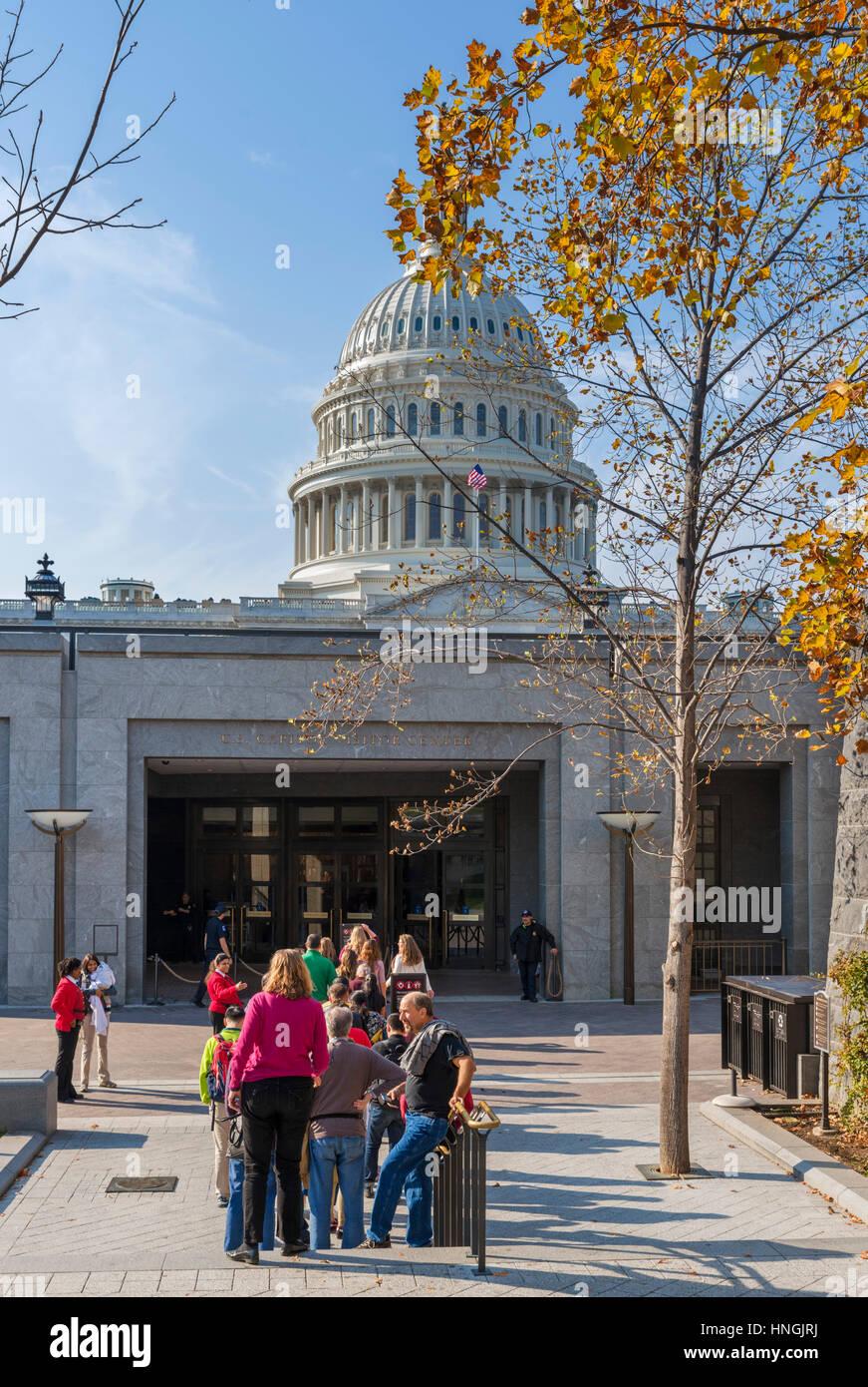 Besucher, die Schlange vor dem Eingang zu den United States Capitol Visitor Center Washington DC, USA Stockbild