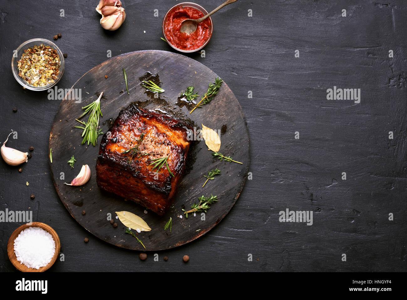 Grill Fleisch, gegrilltem Schweinefleisch auf dunklem Hintergrund mit Textfreiraum. Stockbild