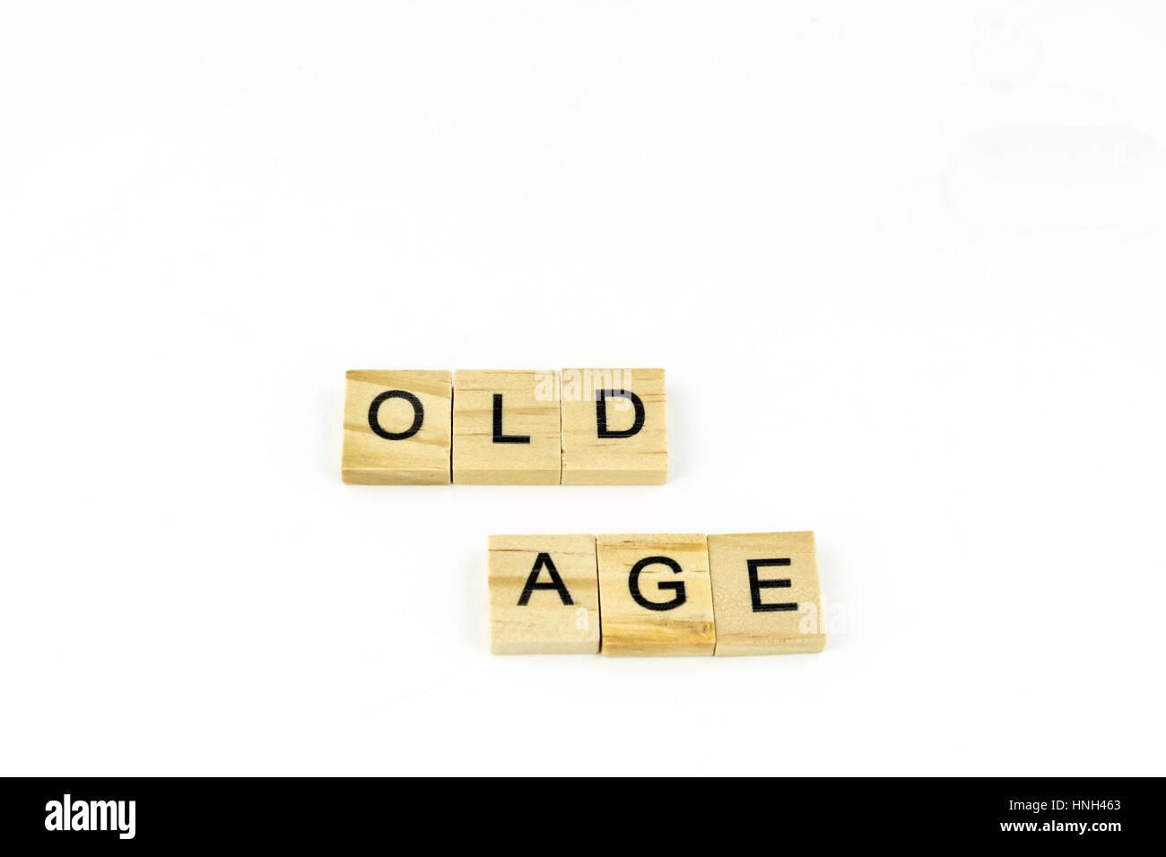 Holzblöcke Rechtschreibung Alter auf einem weißen Hintergrund. Ausschnitt. Konzept, konzeptionelle. Stockbild