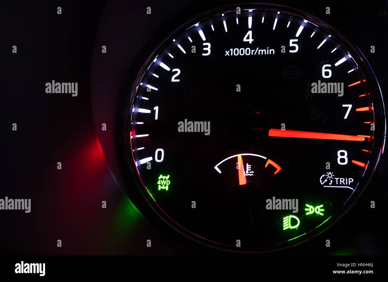 Nahaufnahme Foto von modernen Auto Drehzahlmesser mit hi-speed auf schwarzem Hintergrund, Nacht-Zustand Stockbild