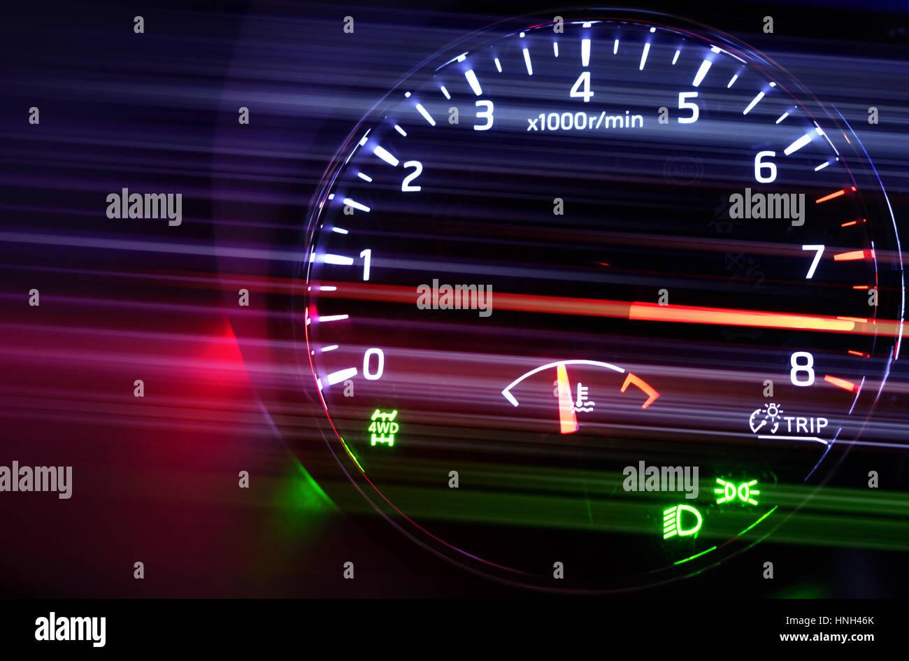 Nahaufnahme Foto des modernen Kfz Drehzahlmesser mit hi-speed auf schwarzem Hintergrund, Motion Blur Filter-Effekt Stockbild