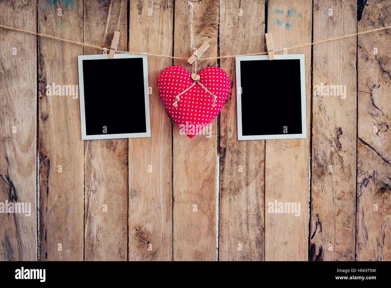 Rotes Herz und zwei Bilderrahmen hängen, Wäscheleine Seil mit ...