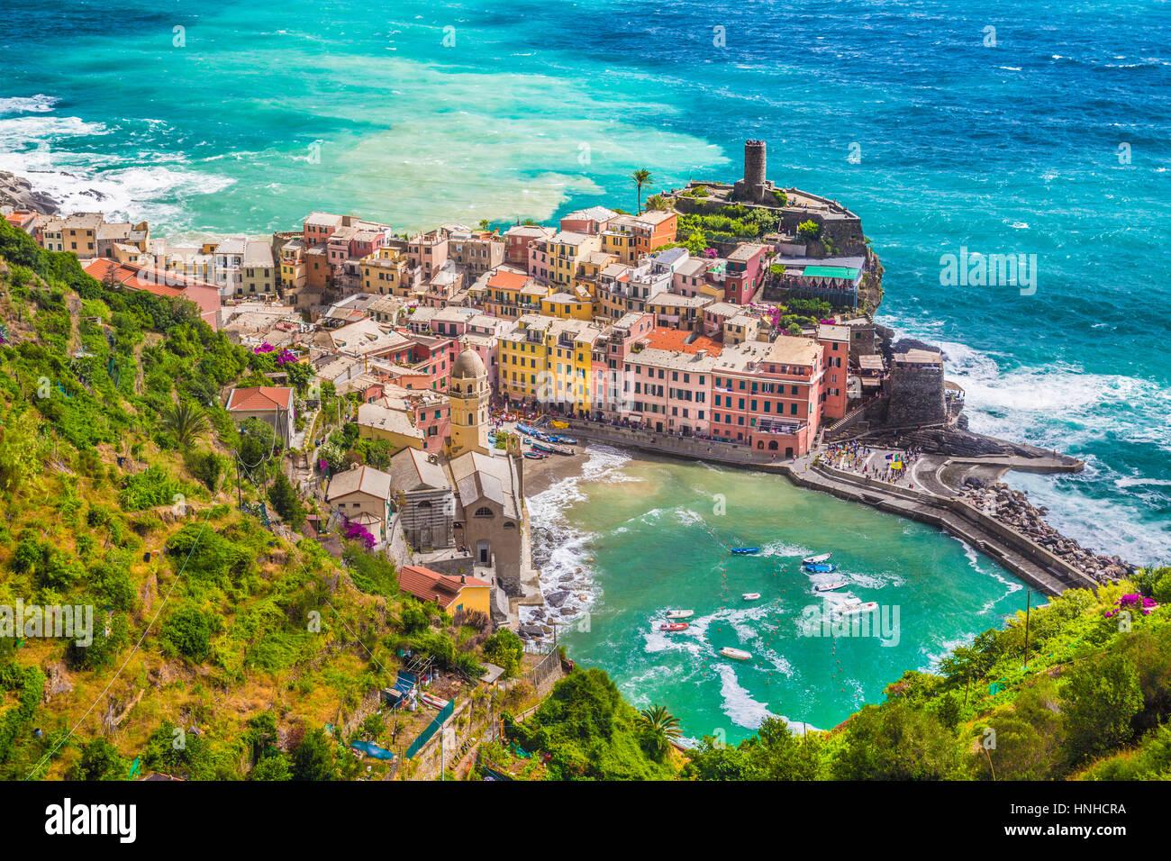 Schöne Luftaufnahme von der malerischen Stadt von Vernazza, eines der fünf berühmten Fischer Dörfer der Cinque Terre, Stockfoto