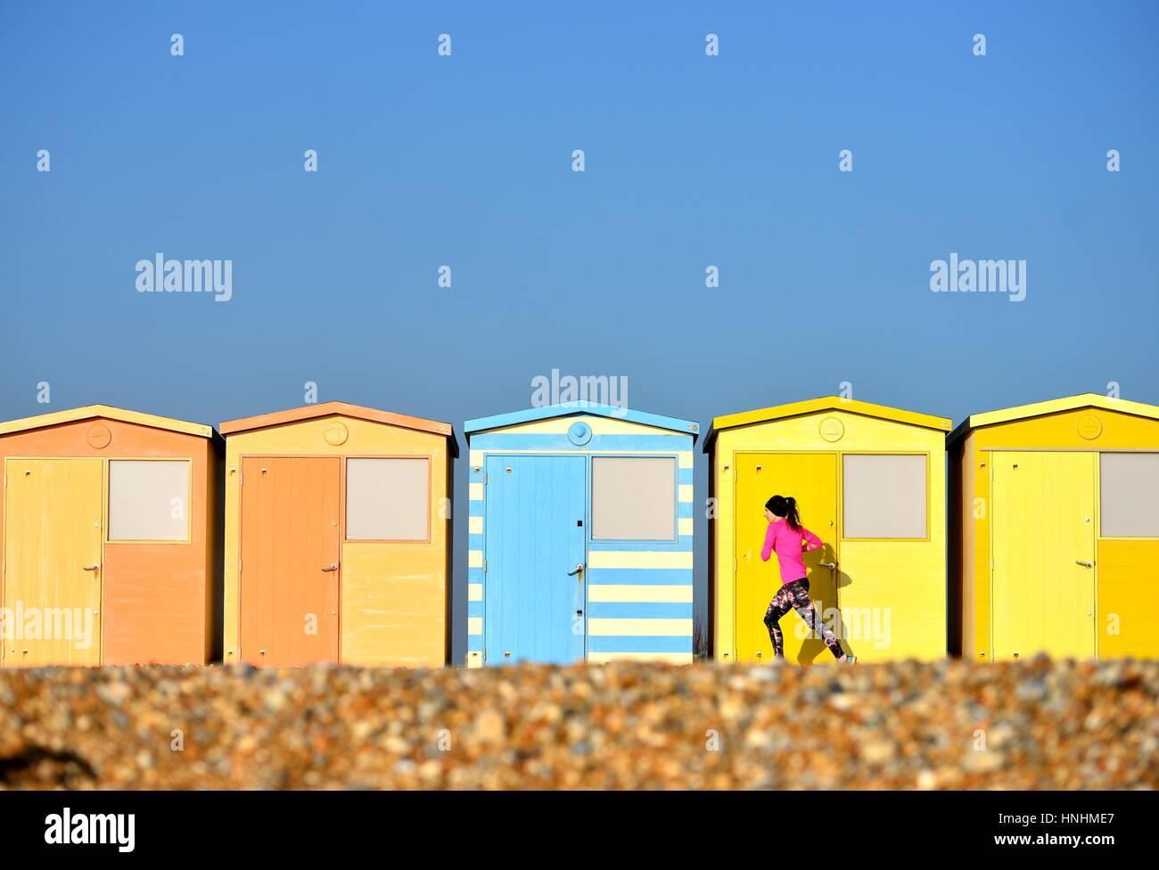 Seaford, East Sussex, UK. 13. Februar 2017. Großbritannien Wetter. Jogger genießen eine Meer laufen in der Abendsonne Stockfoto