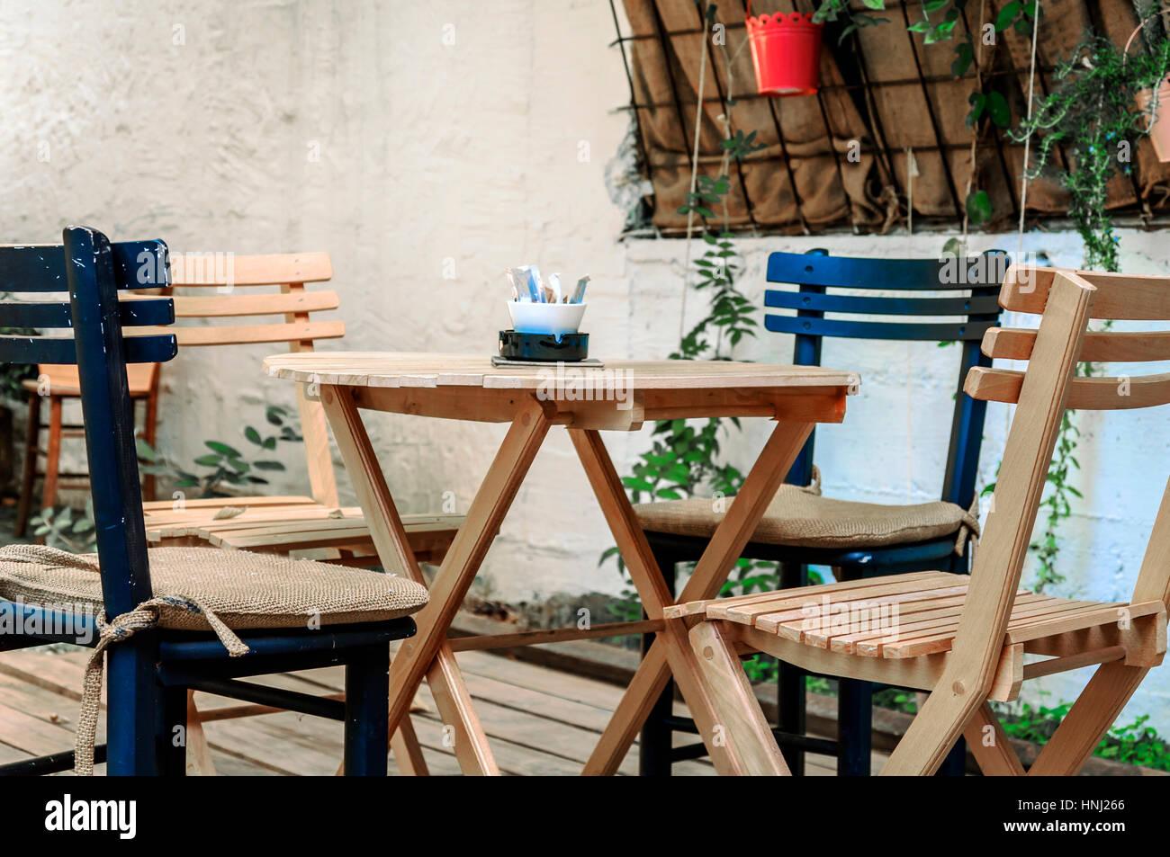 Tisch Und Stuhl In Der Café Garten Stockfoto Bild 133777230 Alamy