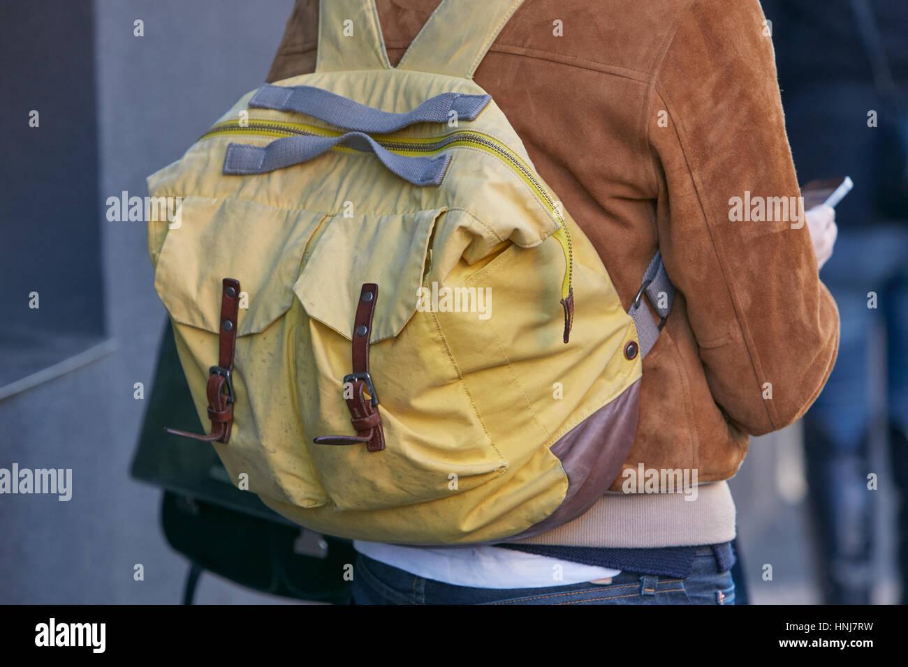 Mann mit gelben Stoff Rucksack und braune Wildlederjacke bevor Etro Modenschau, Milan Fashion Week Streetstyle am Stockbild