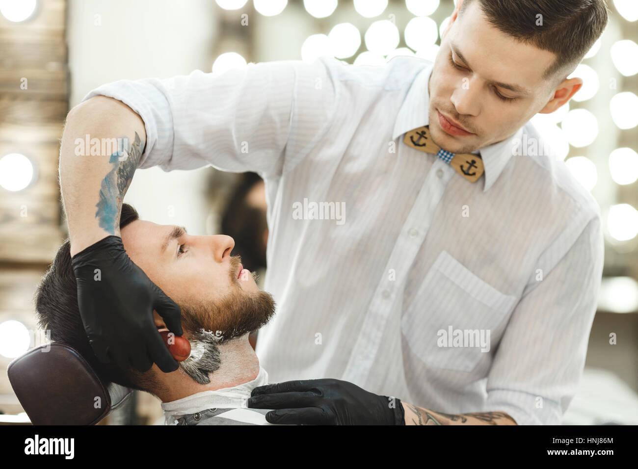 Barber, so dass Bart Form für den Menschen Stockfoto
