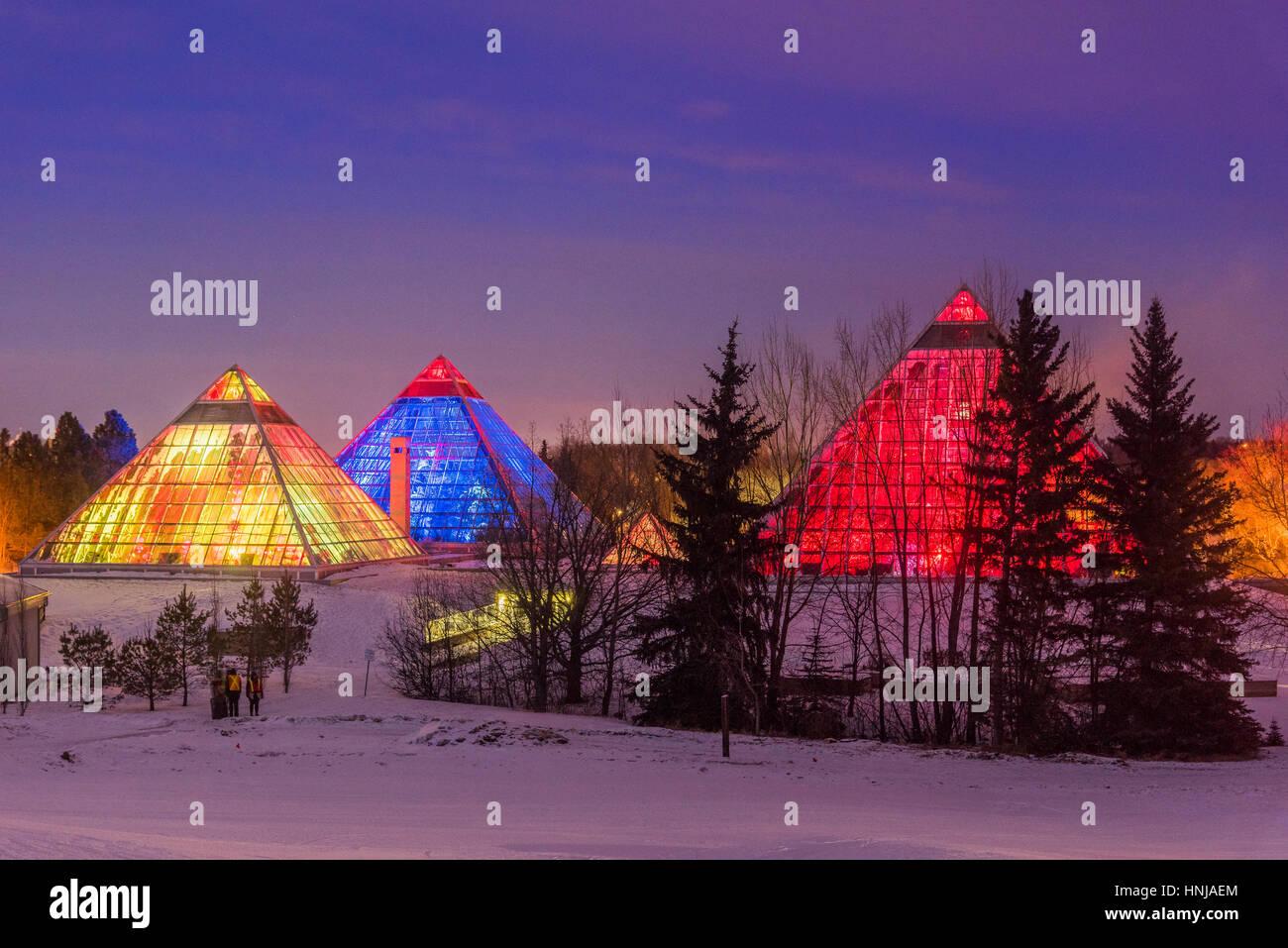 Beleuchtete Muttart Conservatory Pyramiden, einen botanischen Garten in Edmonton, Alberta, Kanada Stockbild