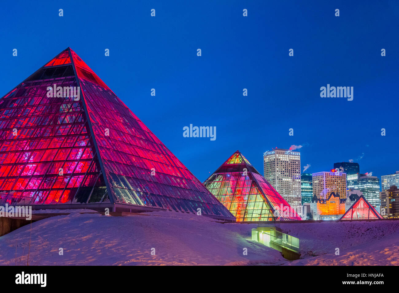 Skyline von Edmonton und beleuchteten Muttart Conservatory Pyramiden, einen botanischen Garten in Edmonton, Alberta, Stockbild