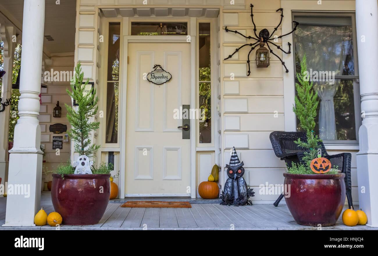 Amerikanische Veranda Mit Halloweendekoration In Nevada City