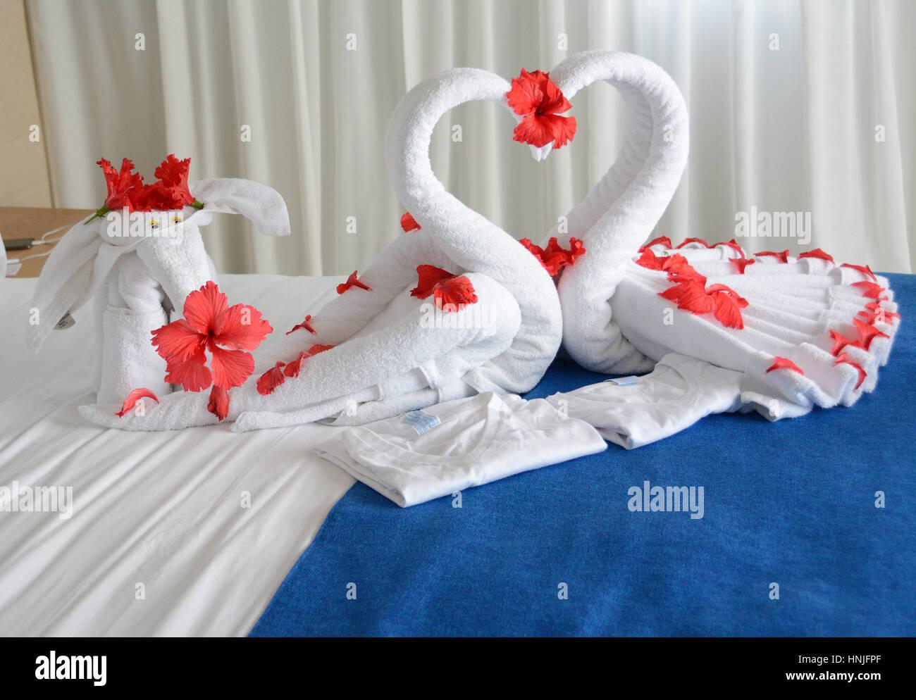 Valentinstag. Romantische Überraschung Für Ihre Frauen Im Hotel Zimmer