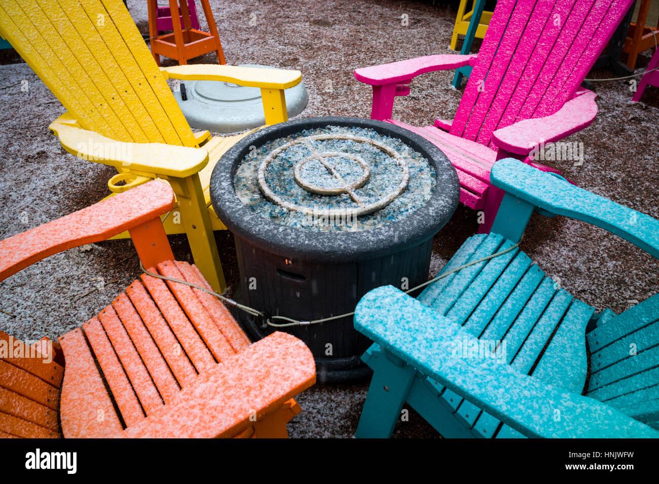 Bunte Stuhle Im Schnee Auf Der Terrasse Des Restaurant Bootshaus Cantina Salida Colorado Usa Stockfotografie Alamy