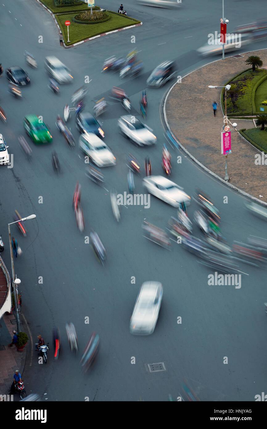 Verschwommene Verkehr Ben Thanh Kreisverkehr, Ho-Chi-Minh-Stadt (Saigon), Vietnam Stockbild