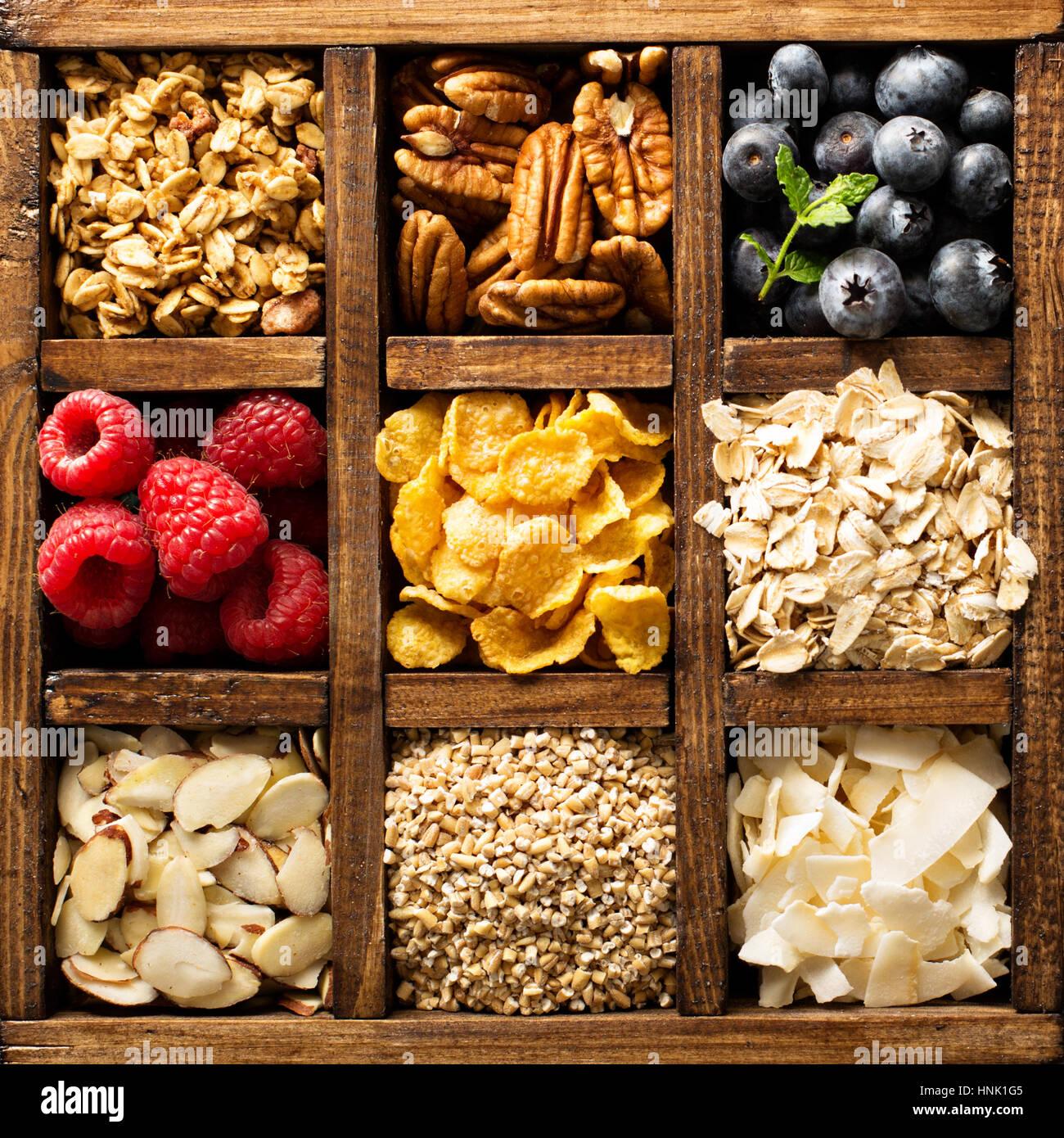 Für das Frühstück, Hafer, Getreide und Früchte in einer Holzkiste Überkopf-Aufnahme Stockbild