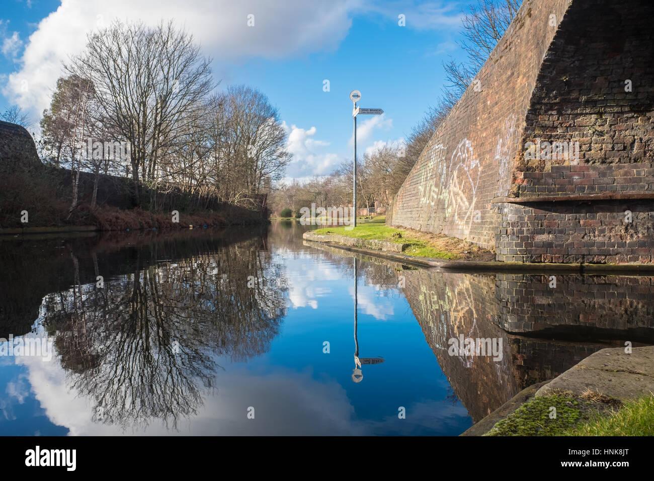 Blick auf den schönen Birmingham Kanal Stockbild
