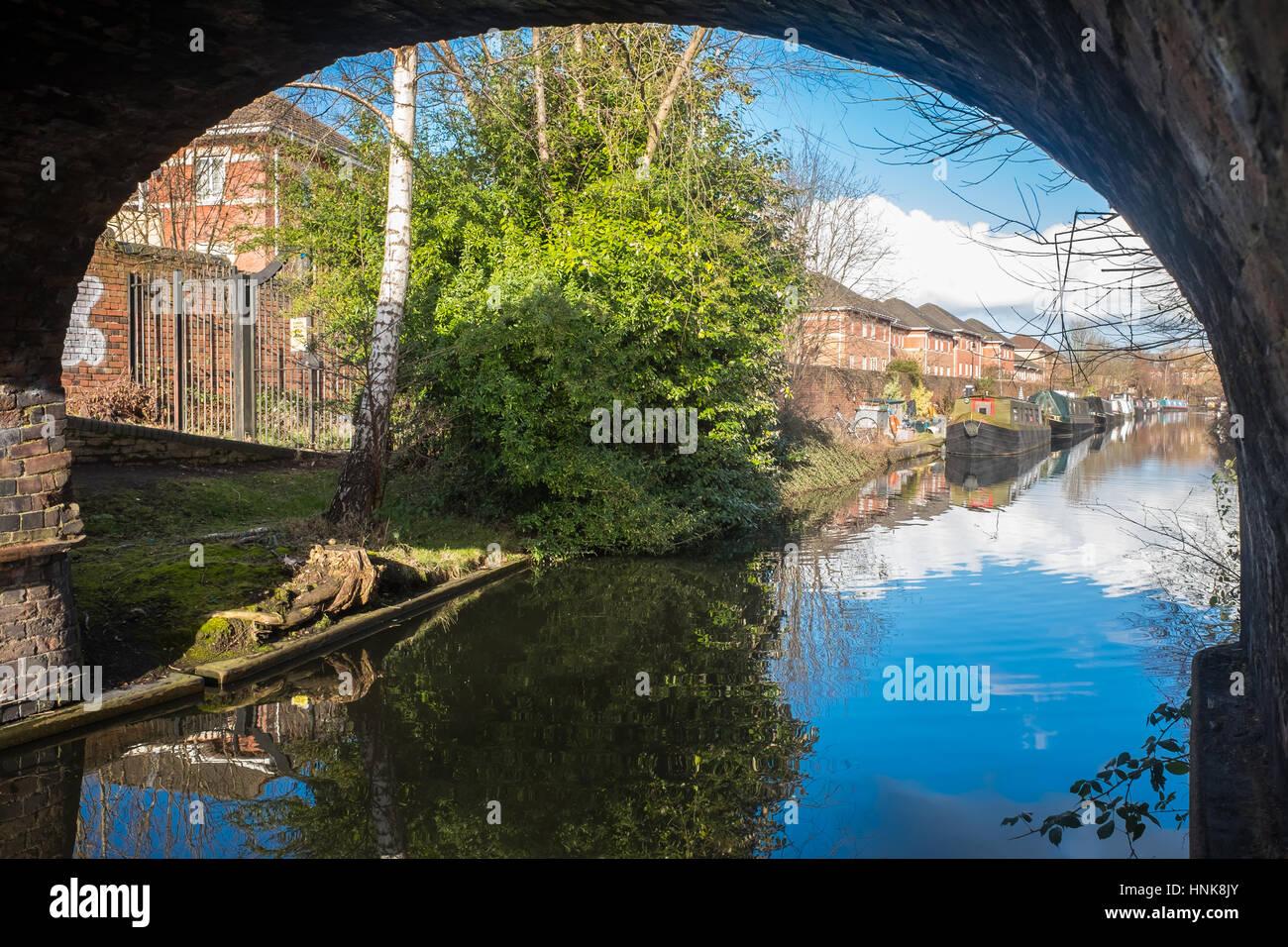 Schöne Aussicht auf Birmingham Kanal mit Kanalboote gesehen Stockbild