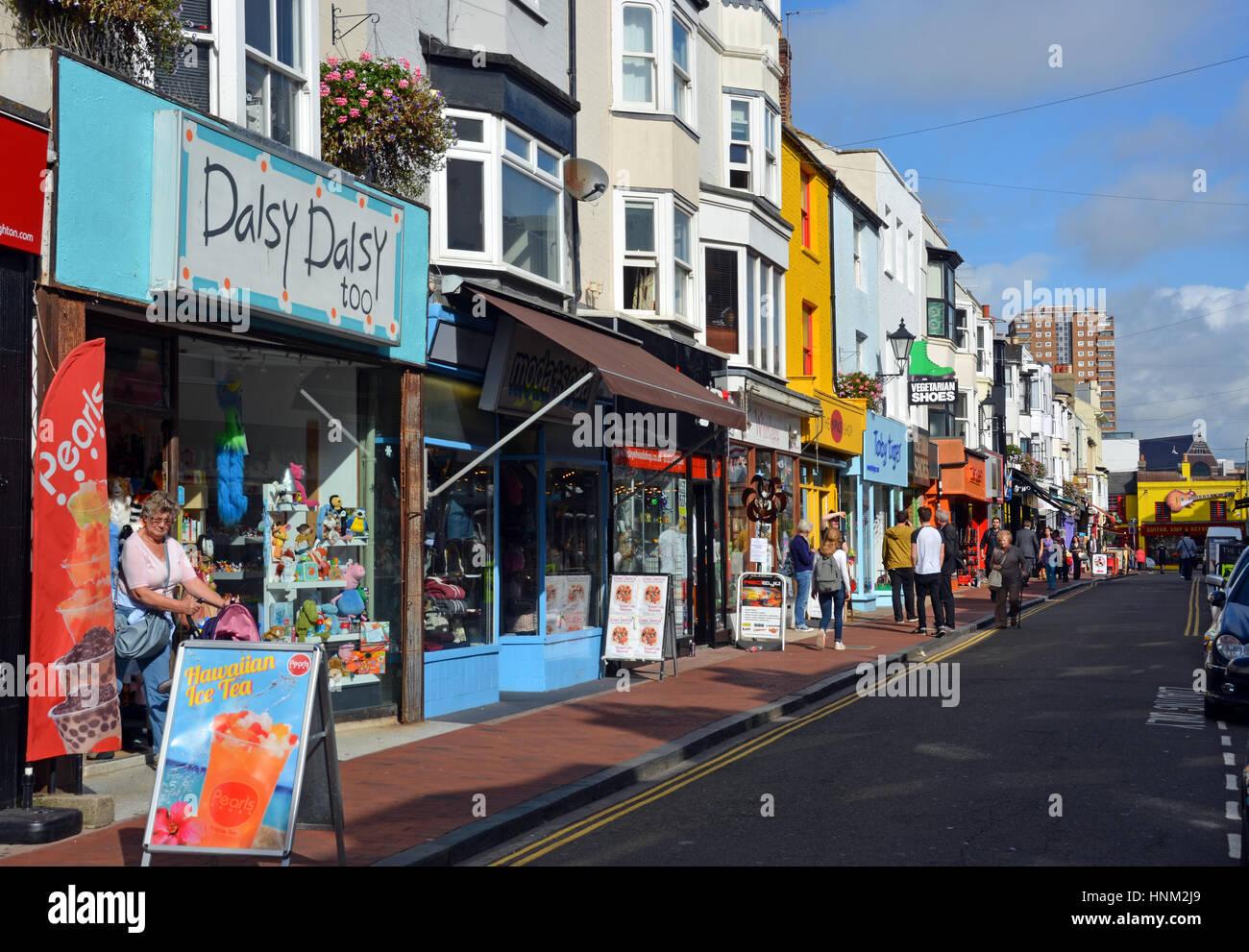Brighton, Vereinigtes Königreich - 1. Oktober 2014: Touristen Einkaufen in der berühmten North Laines Stockbild