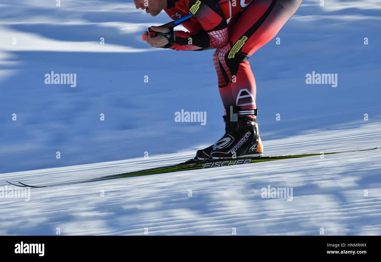 Hochfilzen, Deutschland. 14. Februar 2017. Eine Biathletin Züge entlang der Strecke bei den Biathlon-Weltmeisterschaften Stockfoto
