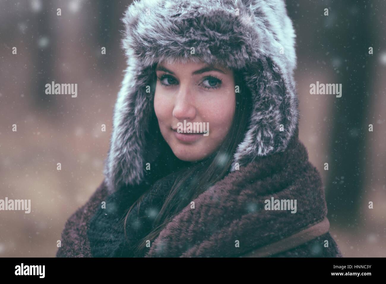 Frau in Schneefall Stockbild