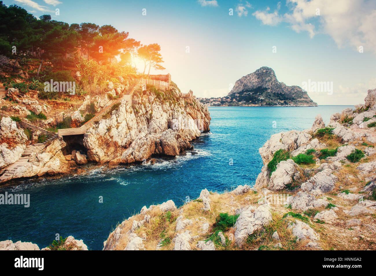 Malerische Felsenküste Kap Milazzo. Sizilien-Italien Stockbild